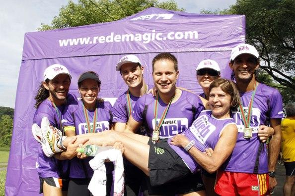Equipe de corrida Magic Run animada após uma prova