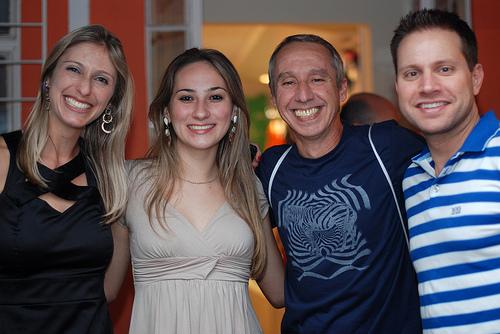 Kelissiandra, Talita, José (cliente da assessoria esportiva) e Borba na entrega dos novos uniformes da Trainer
