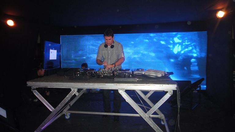 DJ Adriano entra no palco com repertório dos anos 80