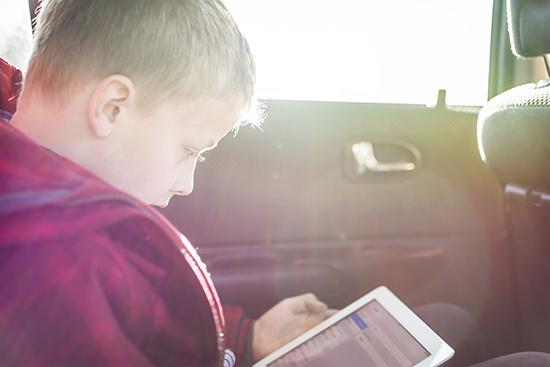 crianca-brincando-iPad-Magic