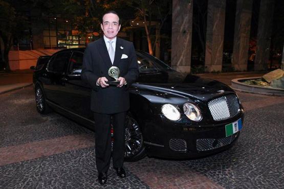 Chiquinho Scarpa ao lado do seu Bentley Continental